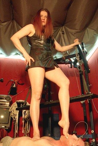 Русскими фото госпожа положила ножки на плечи своего раба внутрь
