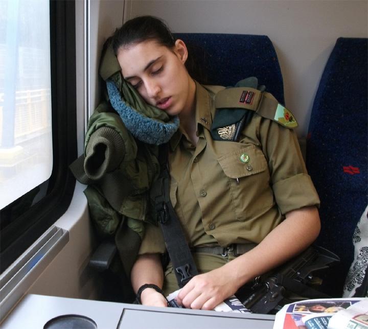 Фото спящие девушки в поезде 24 фотография