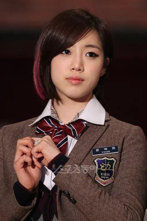 В роли старшей сестры ГГ Хан ЫнДжон. На момент начала истории ученица KIRIN