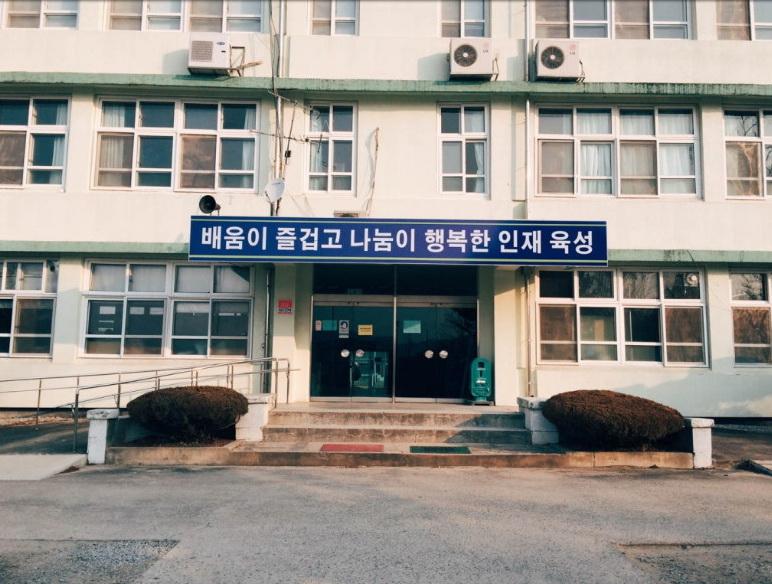 Здание школы, где учится ГГ. Бетонная коробка как есть.