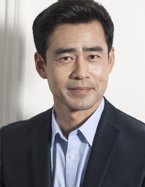 В роли директора школы ГГ - Хан Чхан Хён Han Chang Hyun. Обязан внушать доверие.