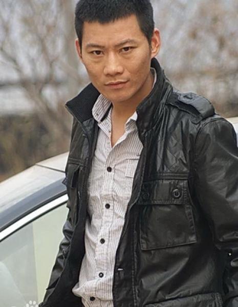 В роли владельца автомастерской Гэн И Geng Yi