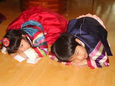 Себэ на Соллаль. Традиционный поклон родителям на корейский Новый Год