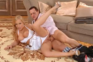 Он рывком ввёл свой член в её анальное отверстие