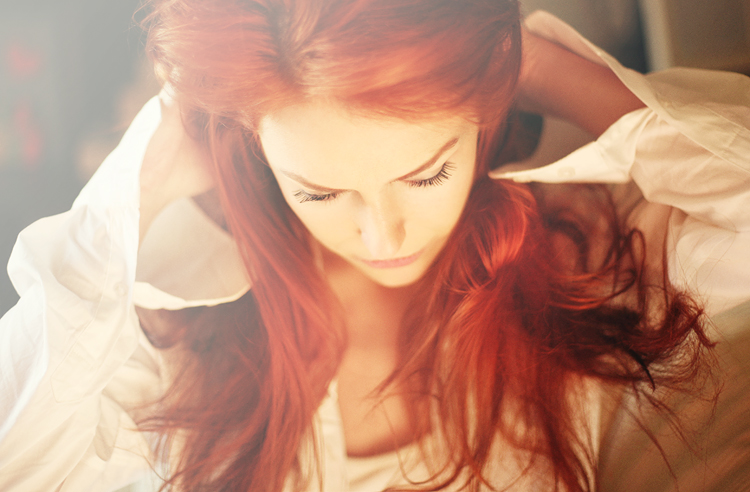 Рыжая девушка у окна в белой рубашке фото 428-485