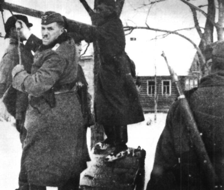 Немецкий солдат работает палачом