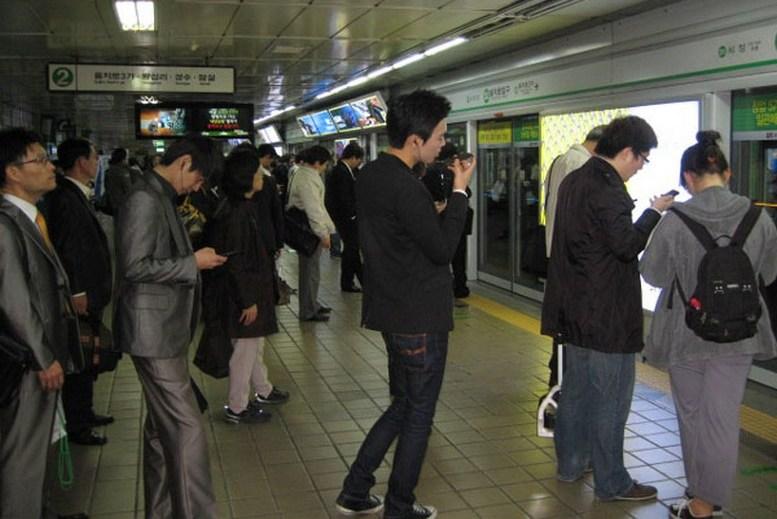 Видео незаметно залез под юбку пальцами в час пик в общественном транспорте