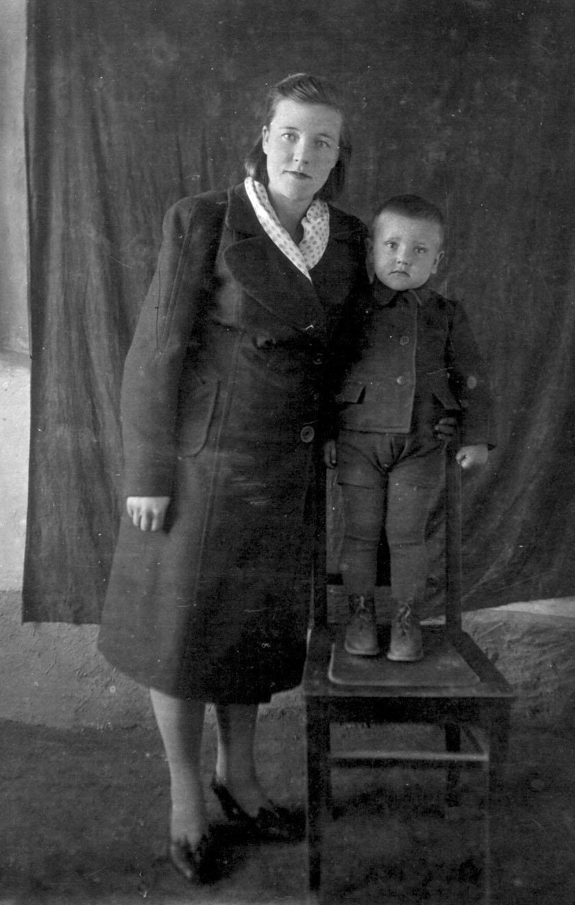 сын умоляет мать дотронуться до ее прелестей