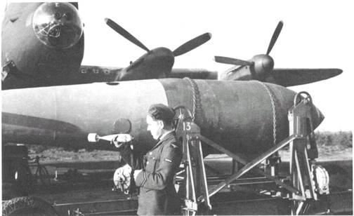 """5-тонная бомба wz.36 """"Lwowskaya dziecka""""-5000.Обратите внимание на то, что фотограф исключил из кадра конструкцию хвостовой части авиабомбы, являвшуюся на тот момент секретной разработкой."""