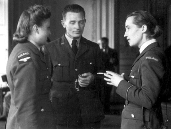 Декабрь 1938 года. Польским летчицам был не чужд великосветский стиль. На Рождественском балу в доме Польского Правительства.