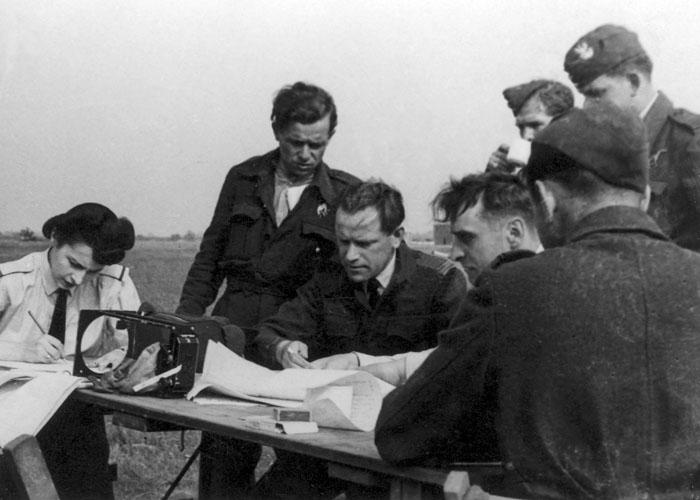 Утро 6 сентября 1939 года.Инструктаж перед вылетом на Берлин.
