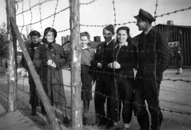 """Июнь 1941 года. Лагерь ОП-2 в окрестностях Смоленска. Экипаж интернированного большевиками """"Ольгкастера"""" """"Генерал Довбор"""" (бортовой номер """"ВН-13"""", зав.N00024). На лицах летчиков счастливые улыбки людей, считающих, что война для них закончилась. Они и не подозревают, что через три месяца Русские не успеют их эвакуировать в Сибирь, и всех, кто находился в лагере, расстреляют немцы."""