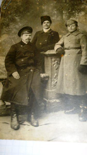 Сидит слева дедушка Филипп Степанович [Семейный архив]