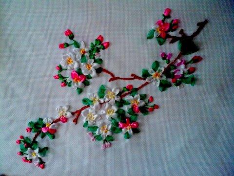 Ветка яблони вышивка лентой wetkajabloni