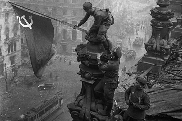 Фото дня. 30 апреля 1945 года в Берлине над Рейхстагом было водружено Знамя Победы. Нашей Победы!